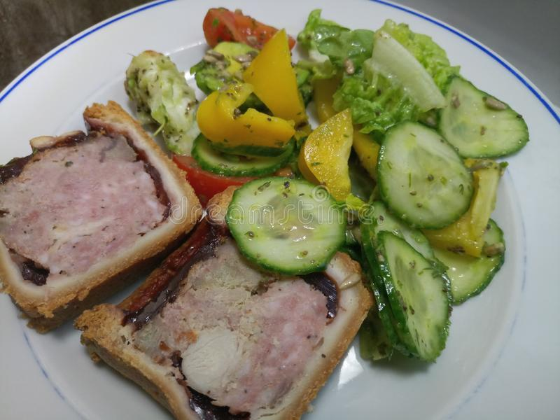 Hock της Τουρκίας, ζαμπόν και χοιρινού κρέατος πίτα που τεμαχίζεται με τη σαλάτα στοκ εικόνες με δικαίωμα ελεύθερης χρήσης