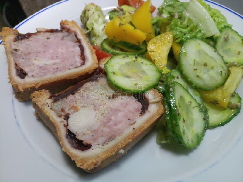 Hock της Τουρκίας, χοιρινού κρέατος και ζαμπόν πίτα και φρέσκια σαλάτα στοκ φωτογραφία