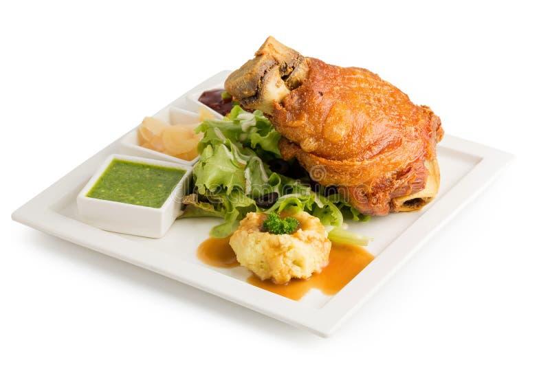 Hock χοιρινού κρέατος στα γερμανικά με τα εύγευστα τρόφιμα σαλτσών που απομονώνονται στο λευκό στοκ φωτογραφία με δικαίωμα ελεύθερης χρήσης