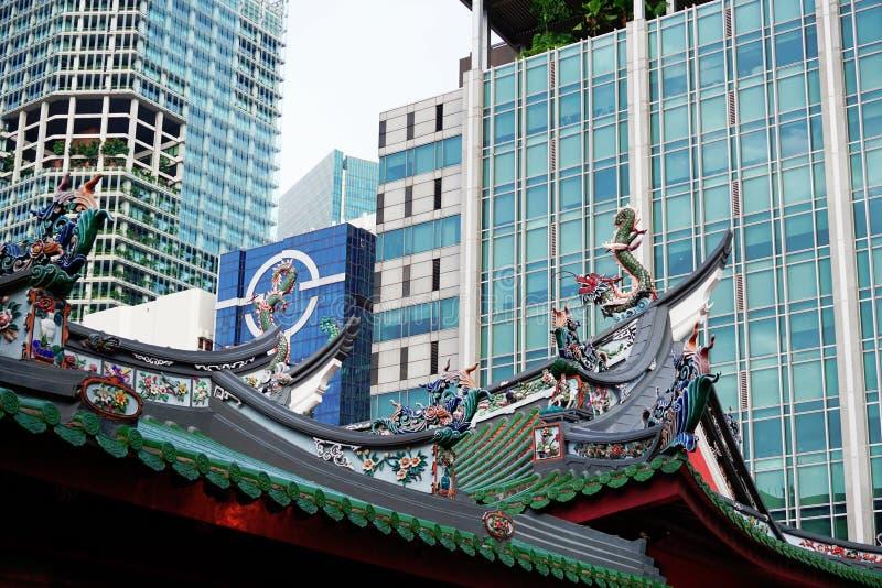 Hock Thian στέγη ναών Keng και σύγχρονοι ουρανοξύστες στοκ εικόνες