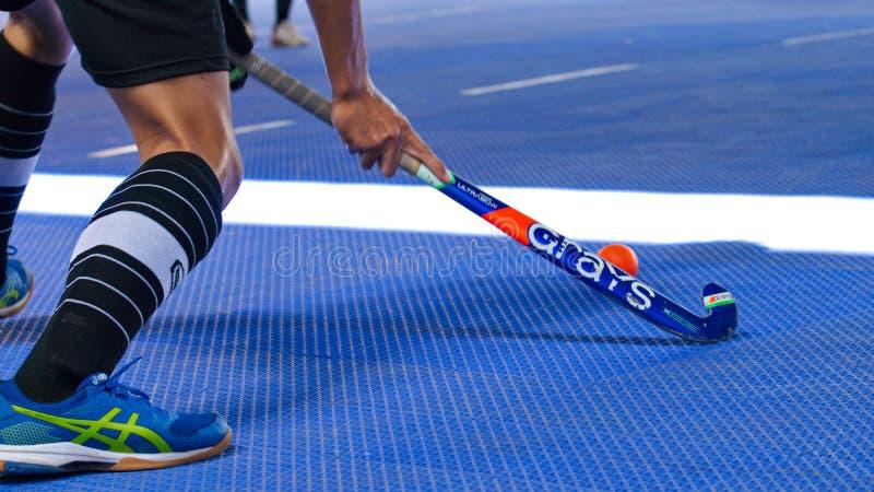 Hockey dell'interno Bastone di hockey ed azione del giocatore di hockey immagine stock