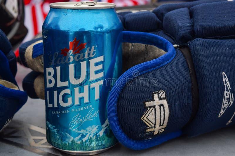 Hockey-Handschuh, der Bier-Dose hält stockfotos