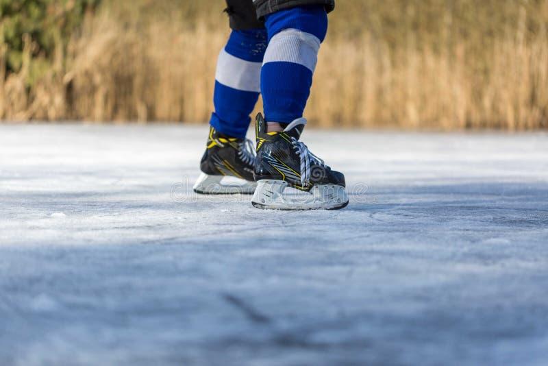 Hockey op bevroren vijver stock foto's