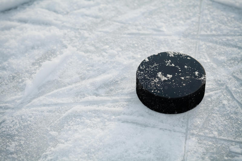 Hockey-Puck auf Eishockeyfeld stockfotos