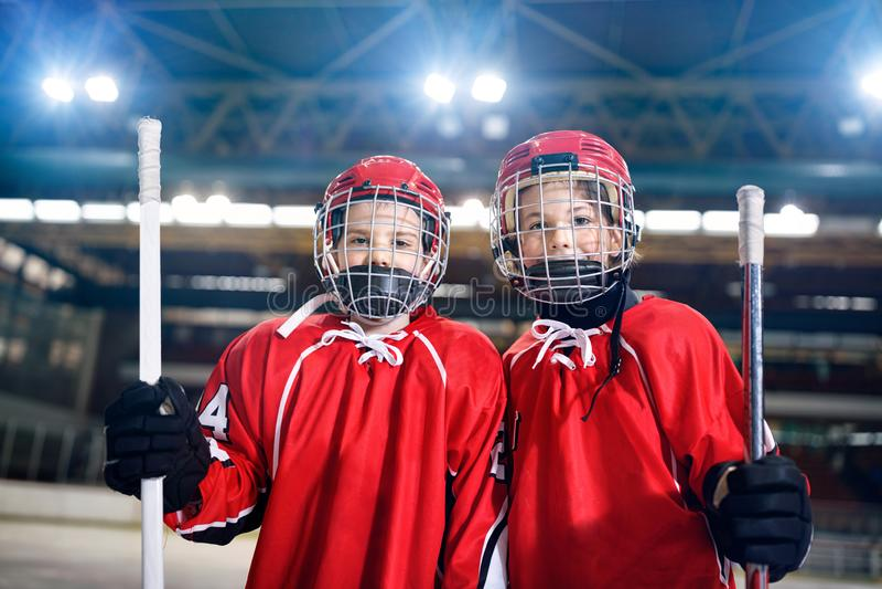 Hockey sobre hielo - jugadores de los muchachos del retrato fotos de archivo