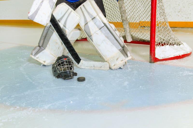Hockey-Tormann in der Falte, die zum Spiel fertig wird lizenzfreie stockbilder