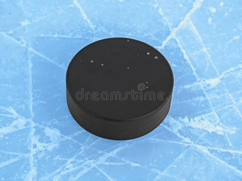 Hockeypuck op blauw ijs op hockeypiste royalty-vrije stock foto
