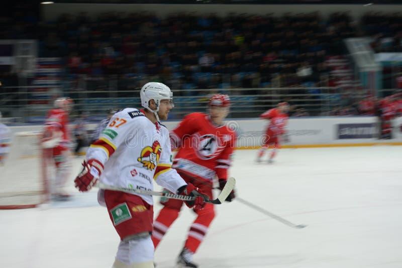 Hockeyspelare av hockeyklubban royaltyfria bilder