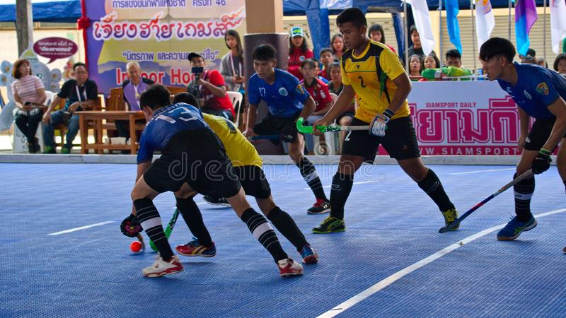 Hockeyspelare i handling under Thailand de nationella lekarna, Chiang Rai Games arkivfoton