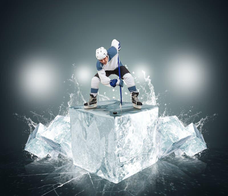Hockeyspelare med iskuber royaltyfri bild