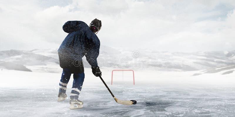 Hockeyspelare på isen royaltyfria bilder