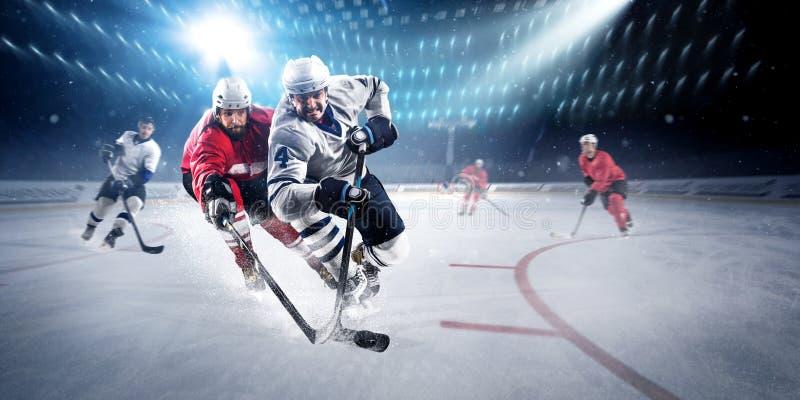 Hockeyspelare skjuter pucken och anfaller fotografering för bildbyråer