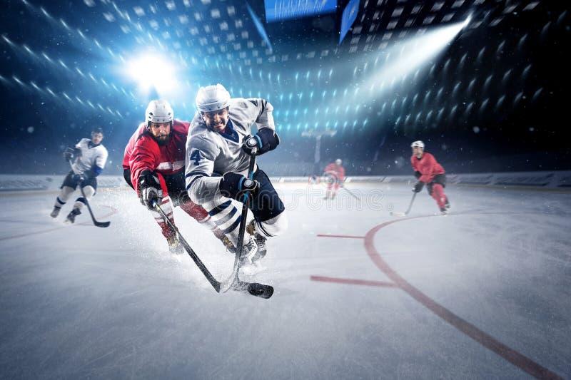 Hockeyspelare skjuter pucken och anfaller royaltyfri bild