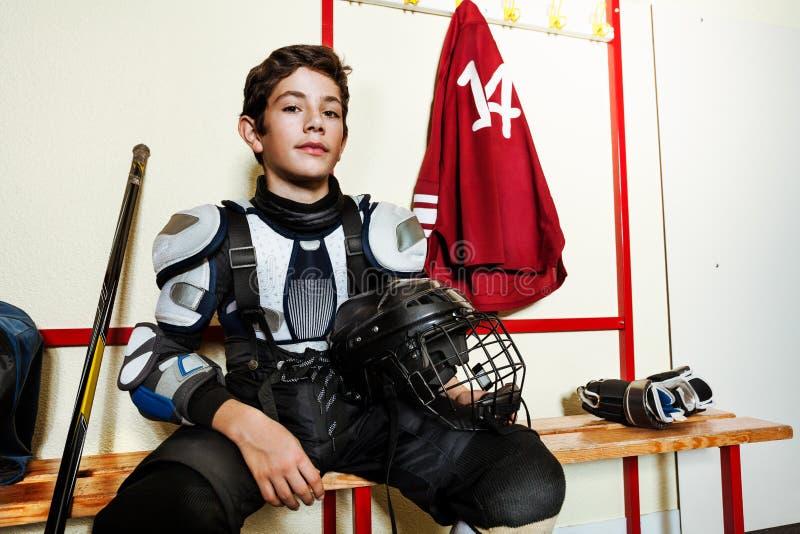 Hockeyspelare som förbereder sig för lek i omklädningsrum med låsbara skåp royaltyfria bilder
