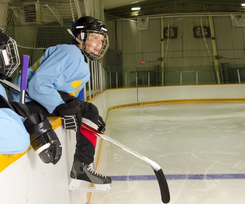 hockeyspelrumspelare som är klar till royaltyfria bilder