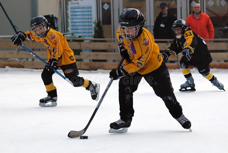 Hockeyspieler in der Tätigkeit mit Kobold stockbild