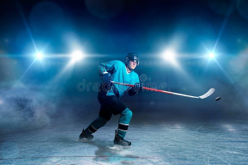 Hockeyspieler mit Stock und Kobold macht einen Wurf lizenzfreies stockfoto