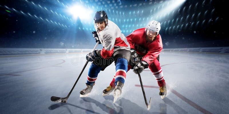 Hockeyspieler schießt den Kobold und die Angriffe stockfoto