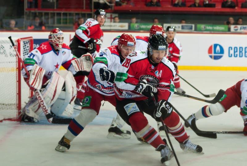Hockeyspieler von CSKA (Moskau) und der Kampf Donbass (Donetsk) für den Kobold lizenzfreies stockfoto