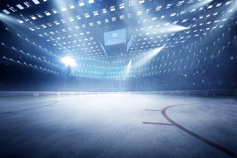 Hockeystadion med fans tränger ihop och en tom isisbana royaltyfri foto