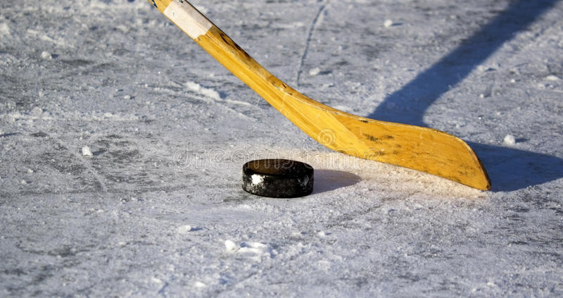 Hockeysteuerknüppel und -kobold lizenzfreies stockfoto