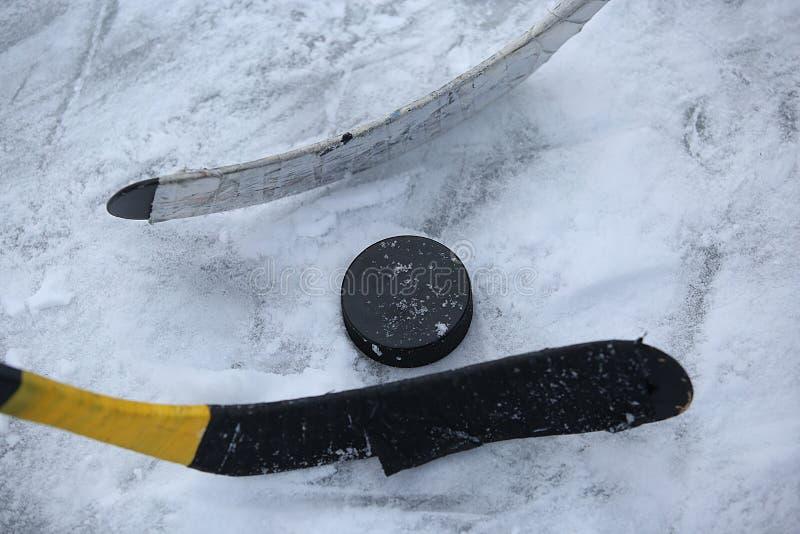 Hockeystokken en Puck stock foto
