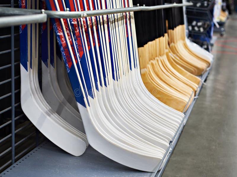 Hockeystokken in sportwinkel stock foto's