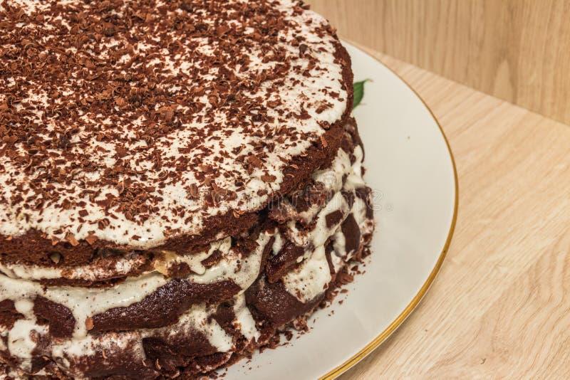 Hocolate de cake Ð ¡ is doorweekt en verfraaid in zure room met chocoladespaanders stock afbeeldingen