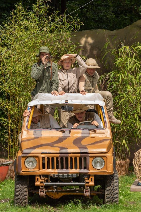 Hodenhagen, Alemanha - 3 de agosto de 2017: Viagem à selva Aventura dos viajantes no safari no parque de Serengeti fotografia de stock royalty free