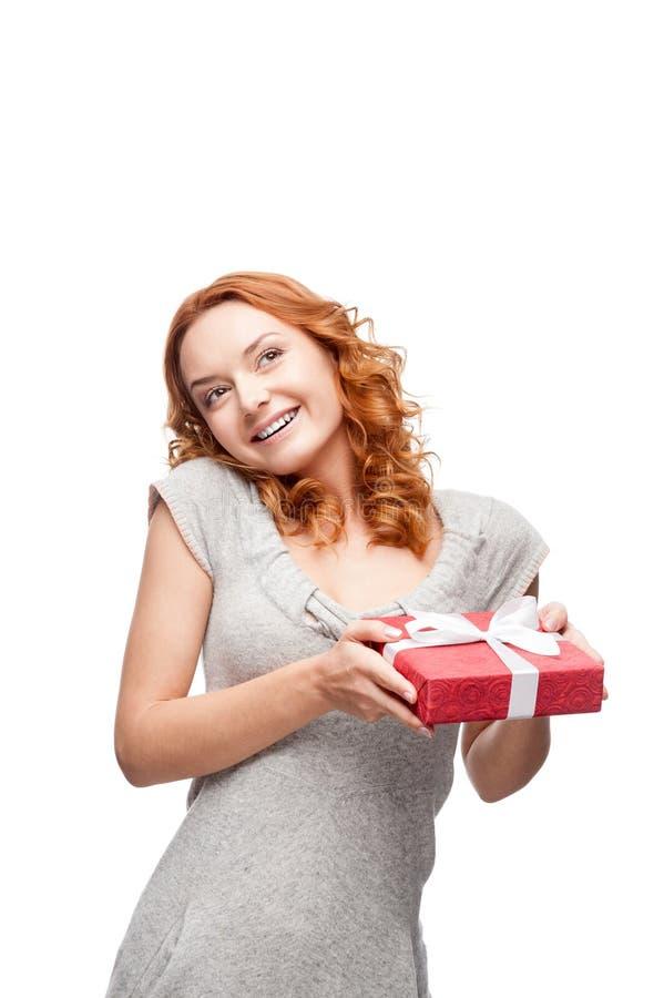 Hoding Geschenk der jungen zufälligen Frau Weihnachts stockbild