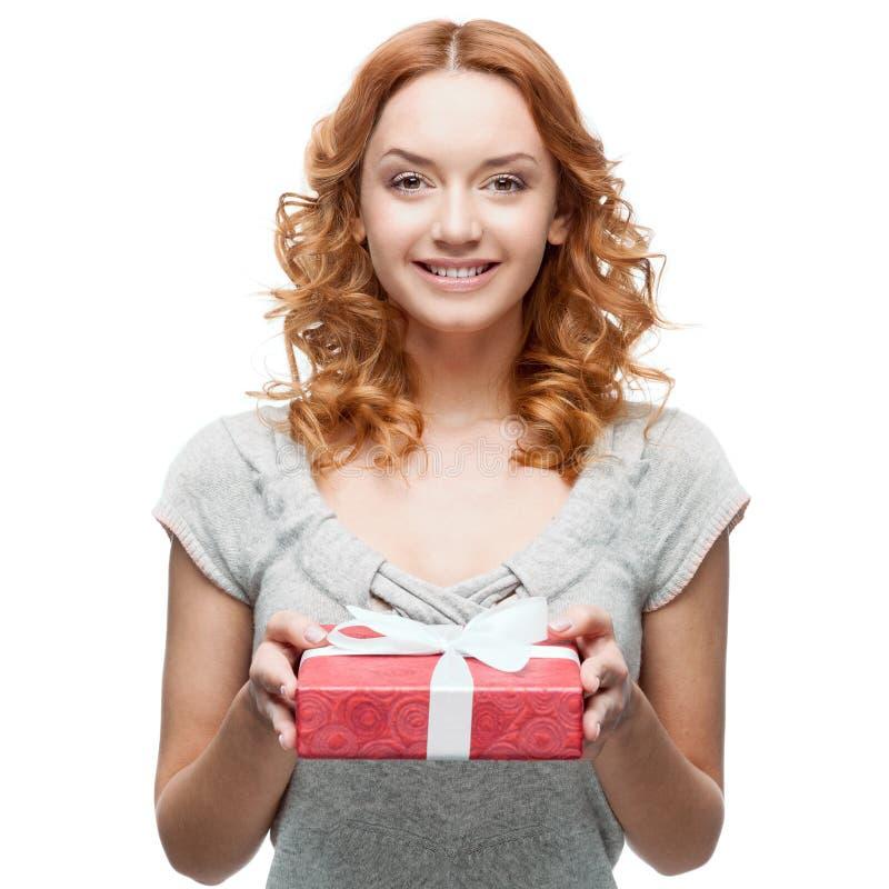 Hoding Geschenk der jungen zufälligen Frau Weihnachts stockfotografie