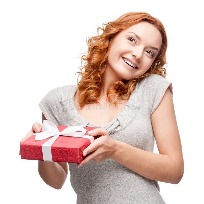 Hoding Geschenk der jungen zufälligen Frau Weihnachts lizenzfreie stockbilder