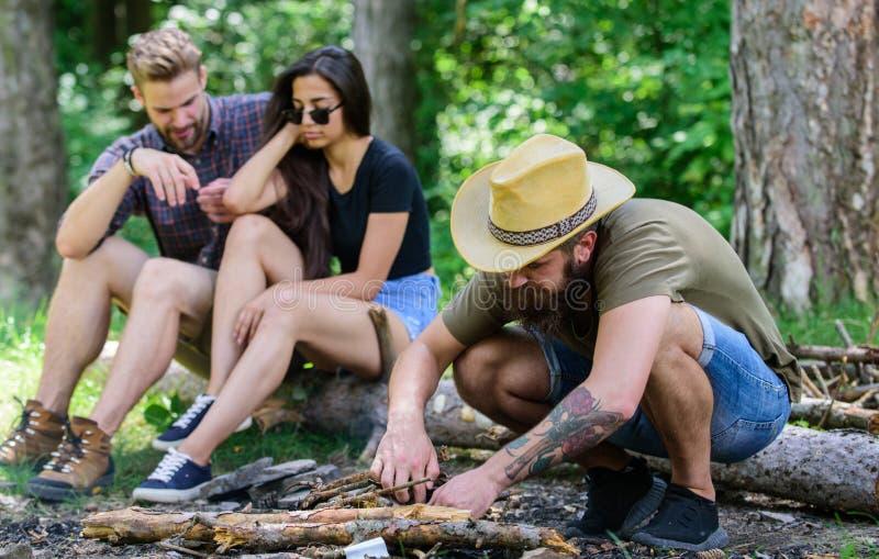 Hoe bouwstijlvuur in openlucht Bereidt mensen brutale gebaarde hipster vuur in bos het Kamperen weekendvrije tijd voor schik royalty-vrije stock foto