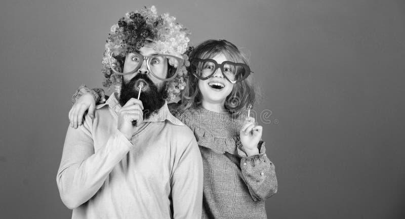 Hoe gek uw vader is De gemakkelijke eenvoudige manieren zijn pret speelse ouder Dragen het de mensen gebaarde vader en meisje kle royalty-vrije stock foto