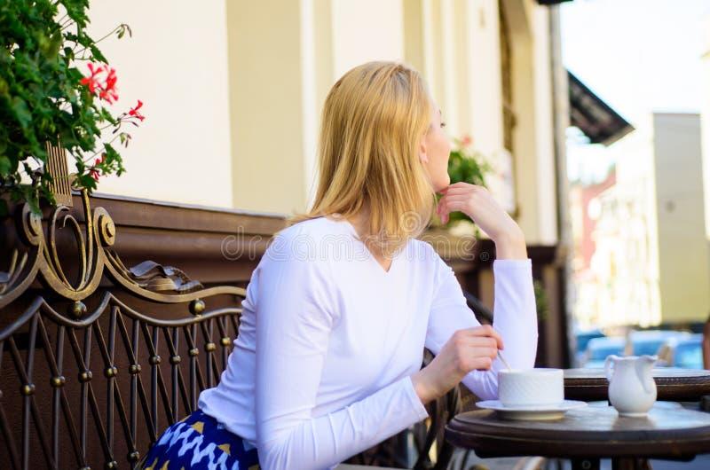 Hoe geniet van zijnd enige uiteinden Eenzame de vrouw wacht datum Het dateren van raad voor vrouwen Nog wachtend hem De vrouw zit royalty-vrije stock fotografie