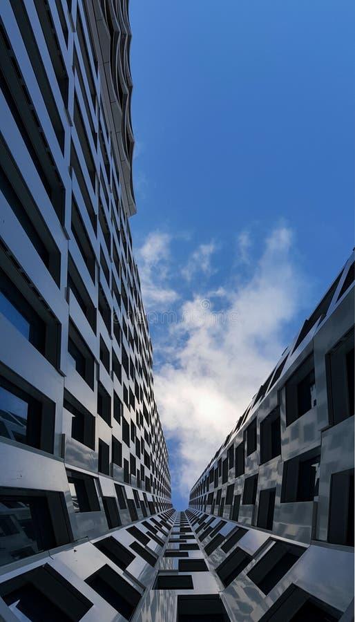 Hoe hoog? Tot wij de hemel bereiken Wolkenkrabber, Duitsland, Berlijn royalty-vrije stock afbeeldingen