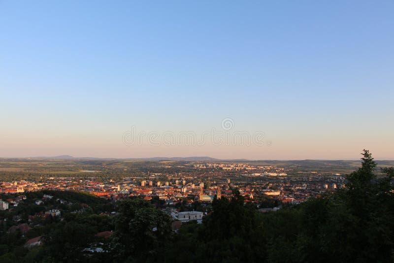 Hoe mooi de stad in de zonsondergang is stock afbeelding