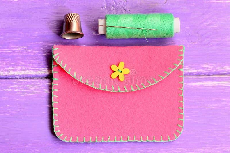 Hoe te om een eenvoudige gevoelde beurs te maken stap Het naaien ambachtenleerprogramma Met de hand gemaakte roze gevoelde beurs, stock fotografie