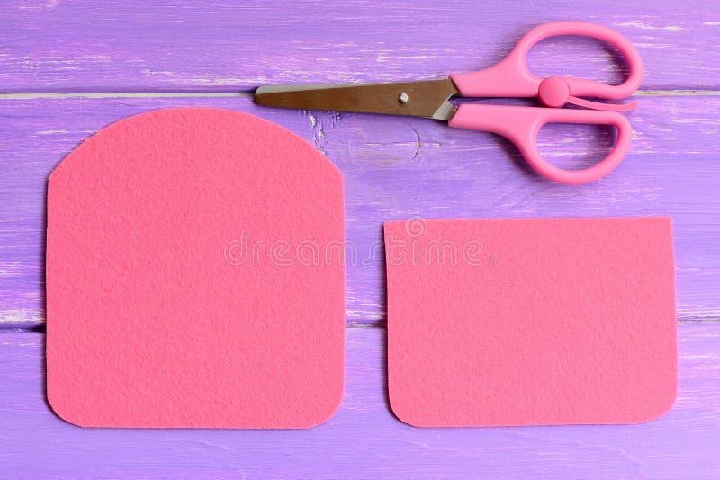 Hoe te om een eenvoudige gevoelde beurs te maken stap Snelle en gemakkelijke naaiende ambachtengids Detailsbesnoeiing van gevoeld stock afbeeldingen