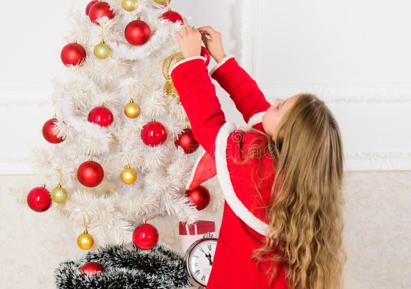Hoe te om Kerstmisboom met jong geitje te verfraaien Laat jong geitje Kerstmisboom verfraaien Het favoriete deel verfraaien Het k stock afbeeldingen