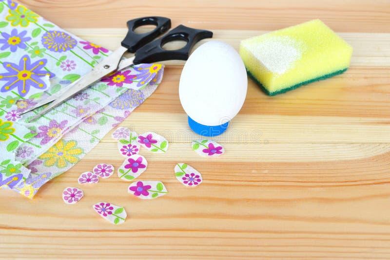 Hoe te om paaseiornament te maken stap Het idee van Pasen DIY stock afbeelding