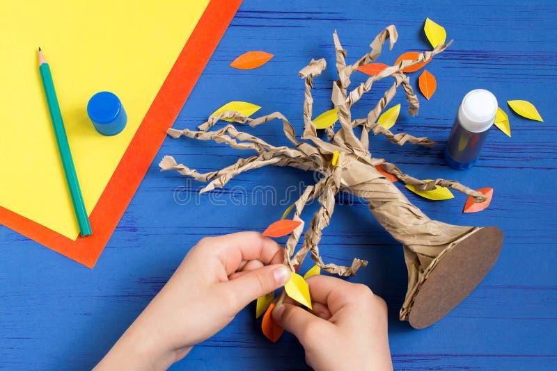 Hoe te samen met de boom van de kindherfst te maken Stap 9 stock foto's