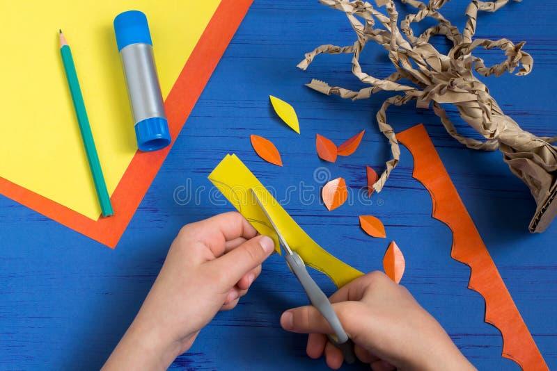 Hoe te samen met de boom van de kindherfst te maken Stap 8 stock afbeeldingen