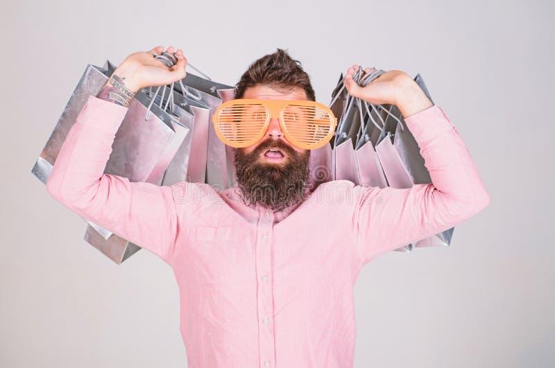 Hoe te voor uw volgende vakantie klaar te worden De slijtagezonnebril van mensen gebaarde hipster terwijl partij het winkelen zak royalty-vrije stock afbeelding