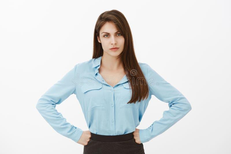Hoe u me kon teleurstellen Ontstemd ongelukkig Europees wijfje in blauwe handen op heupen houden en blouse die, die fronsen royalty-vrije stock foto's