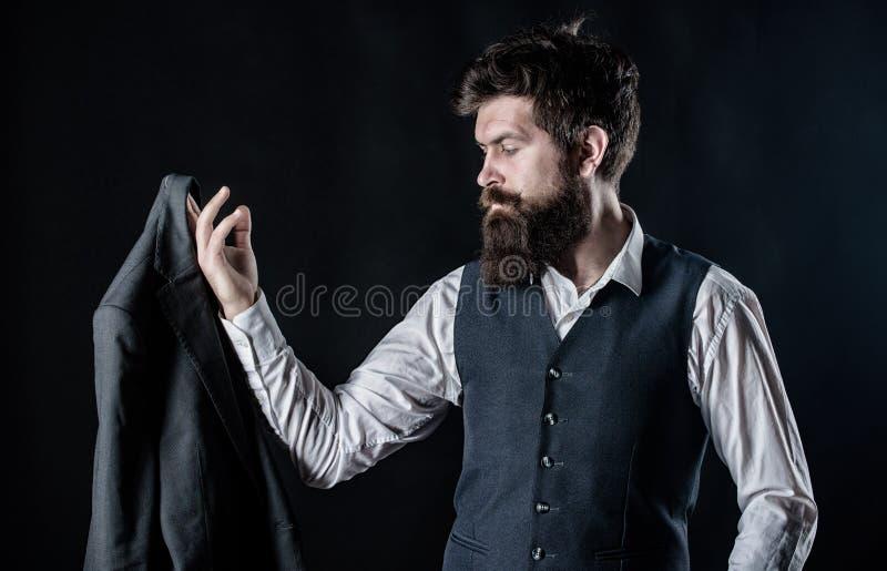 Hoe u van dit houdt Gebaarde mensenheer Ontwerper het maken kostuum Rijpe hipster met baard Mannelijke formele manier stock foto