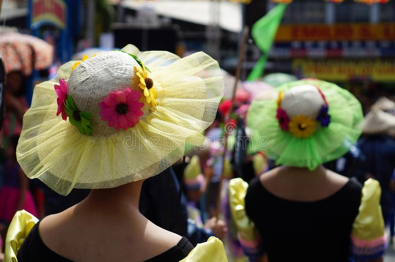 Hoed door de groep Carnaval-dansers langs de weg wordt gebruikt die stock foto's