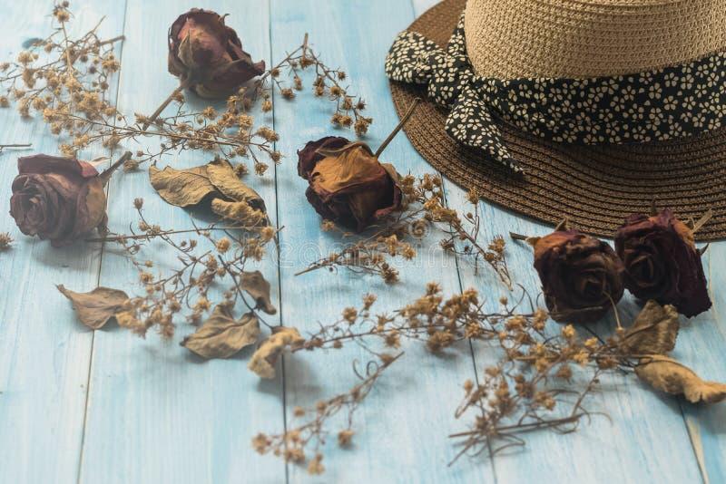 Hoed en droge bloem op houten achtergrond royalty-vrije stock fotografie