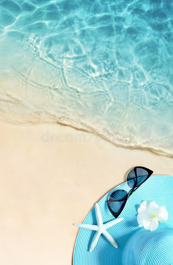 Hoed en zonnebril op het zandige strand De zomerachtergrond royalty-vrije stock foto's
