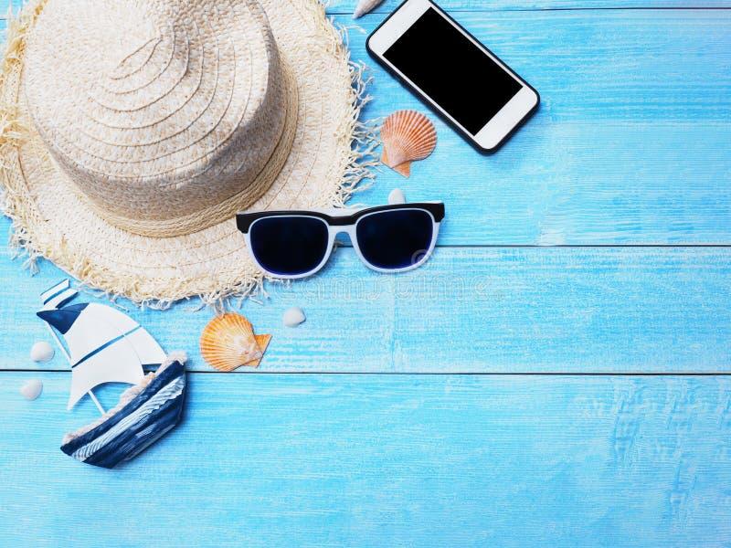 Hoed en zonnebril voor de achtergrond van de vakantievakantie stock afbeelding